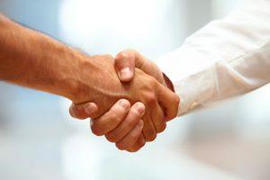Poignée de main entre deux hommes